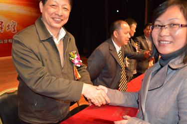 谢富康院长给优秀毕业生颁发荣誉证书
