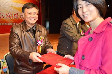 广外继教院、公开学院院长何勇斌给优秀毕业生颁发荣誉证书
